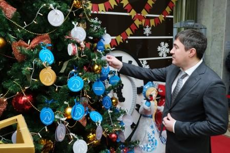 Дмитрий Махонин принял участие в новогодней акции «Елка желаний»