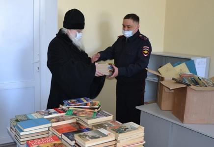 В Кунгуре общественники пополнили библиотечный фонд изолятора временного содержания