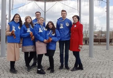 «Волонтёры победы» в Кунгуре раздают Георгиевские ленточки прохожим