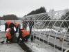 На путепроводе строители собирают теплицу, чтобы высушить бетон